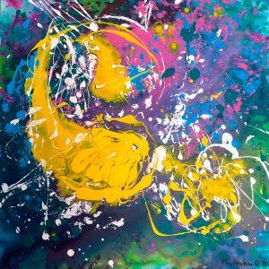 Лев играет с птичкой